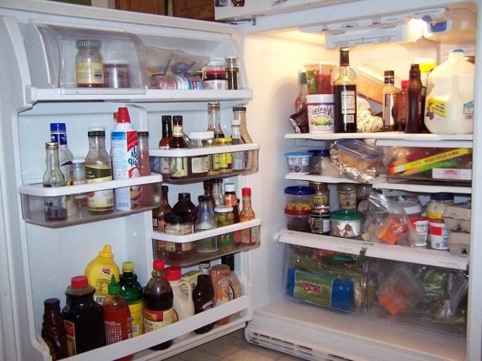 Наполненный холодильник продуктами