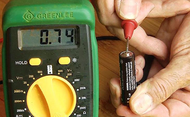 Измеряем степень заряда батареи мультиметром в домашних условиях