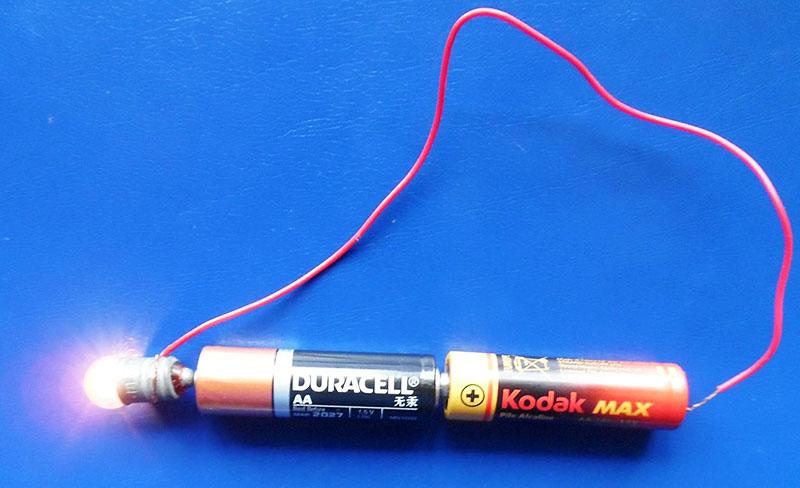 Для проверки нужно подвести контакты к разным полюсам батарейки. Если элемент питания рабочий, прибор будет равномерно работать все пару минут, что длится проверка
