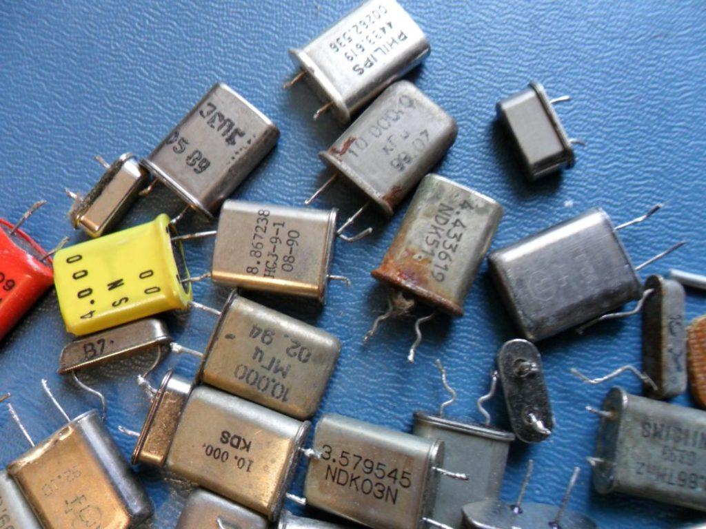 Разнообразные кварцевые резонаторы.