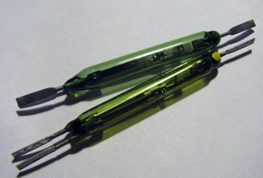 герконы в колбе из зеленого стекла.