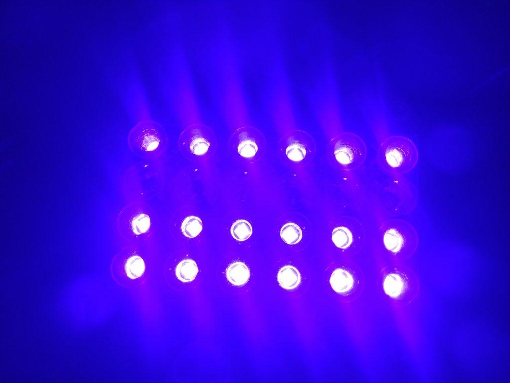 Ультрафиолетовый светильник большого размера.
