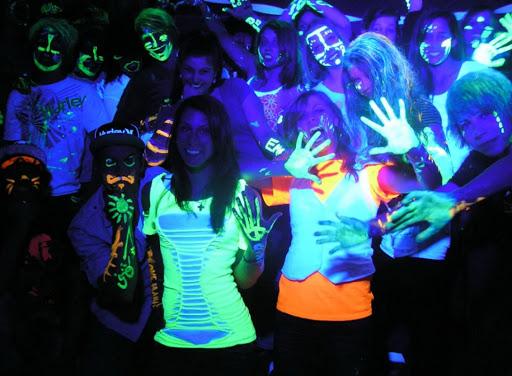 Ультрафиолетовое излучение в ночном клубе.